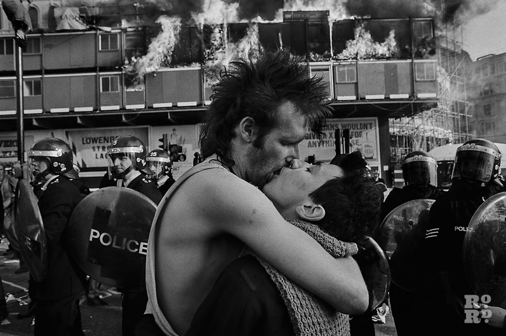 The Kiss at the poll tax riots © David Hoffman