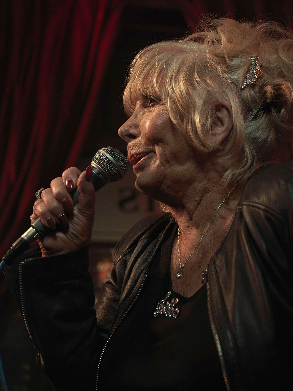 Helen Keating singing at pub. Image from Last of the Old Crooners, Palm Tree pub by Tom Oldham