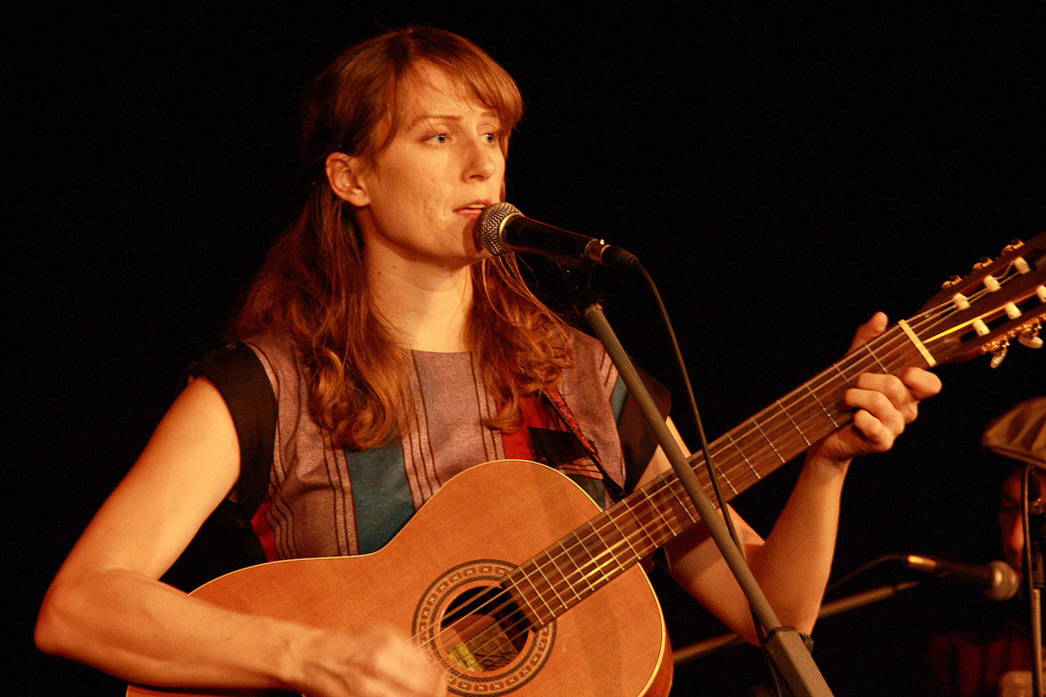 Laura Gibson performing