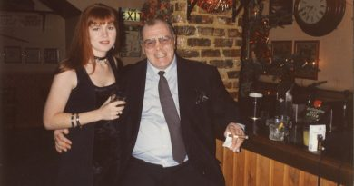 Kelly and Lenny McLean in Cairo's bar My dad the Guv'nor book review 4816_001