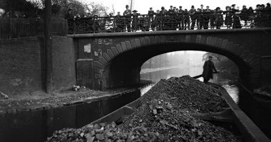 A coal barge passing under Bonner Bridge on Regents Canal, 1907