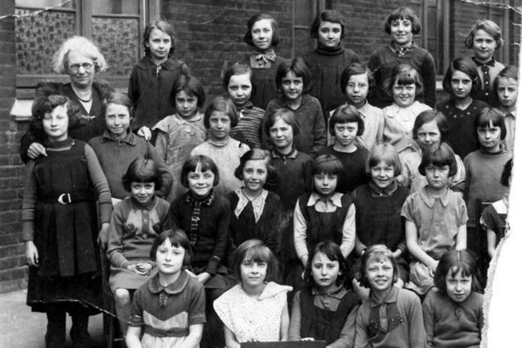 Old black and white photo of Monteith Rd Primary School pupils